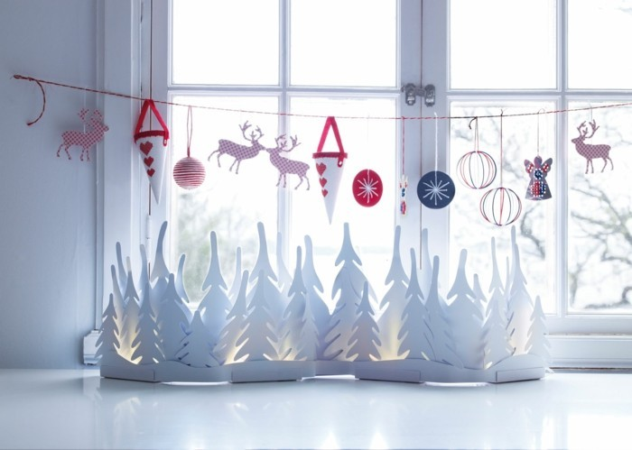 weihnachtsdeko fenster weiße tannenbäume farbige dekokette
