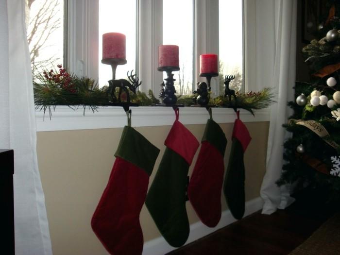 weihnachtsdeko fenster weihnachtsstrümpfe rote kerzen