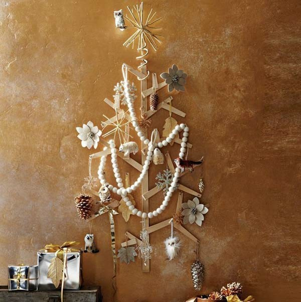 weihnachtsdeko idee für Christbaum an der Wand