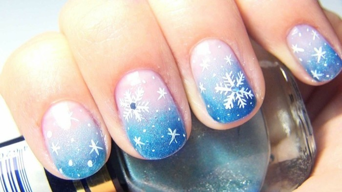 weihnachtsnägel trendiges nageldesign schneeflöckchen blaunuancen