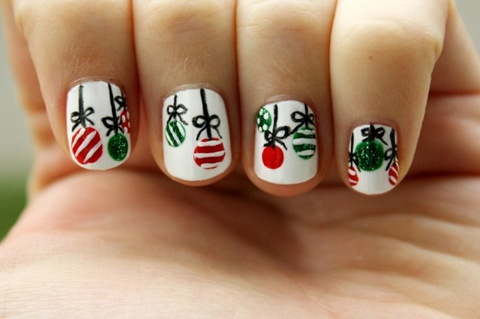 weihnachtsnägel weißer nagellack weihnachtsbaumanhänger