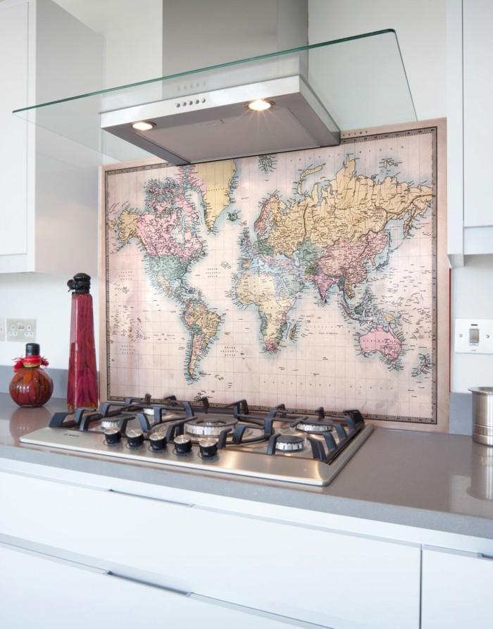 weltkarte wand ausgefallene küchenrückwand weiße küchenschränke