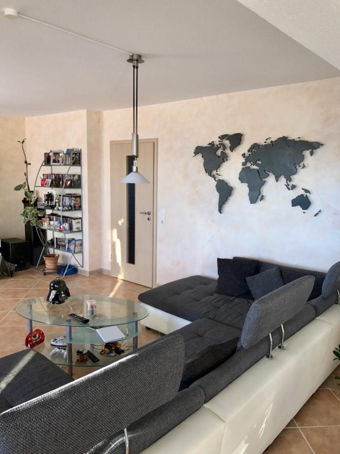 weltkarte wand wohnzimmer wanddeko ideen graues wohnzimmersofa