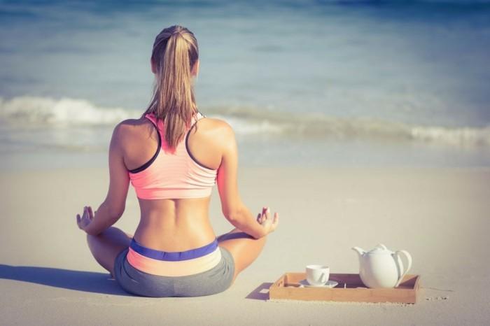 yoga meditation frau am strand nahrungsergänzungsmittel