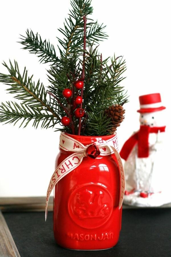 zentralstück vase mit tannenbaumzweigen weihnachten
