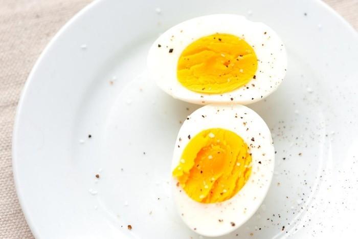 Eier essen morgens sättigendes Frühstück haben