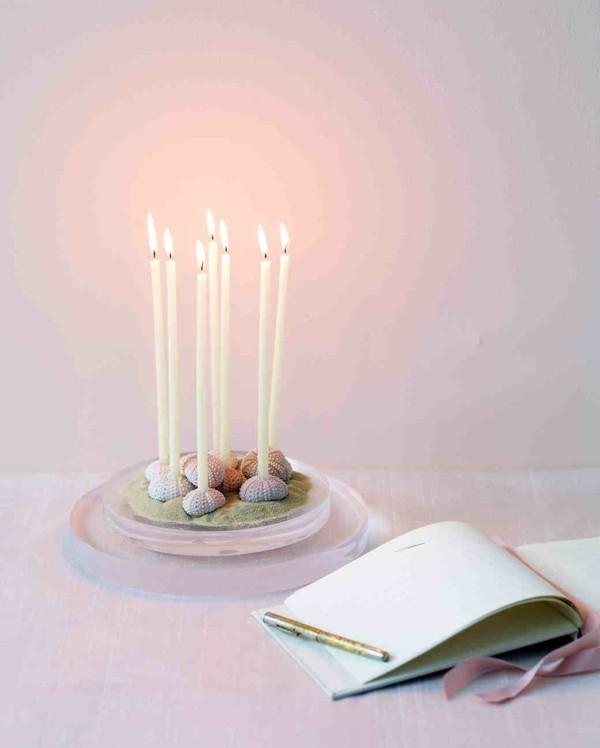 Hochzeitsdekoration mit Kerzen und Muscheln