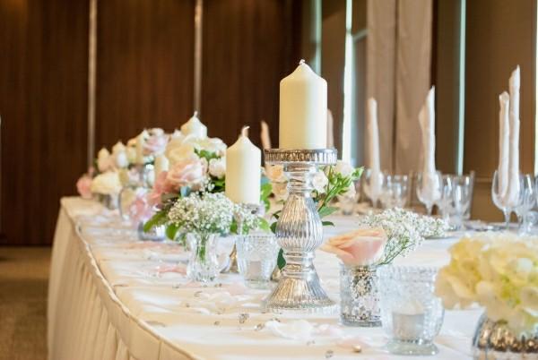 Hochzeitsdekoration mit Kerzen und anderen romantischen Elementen