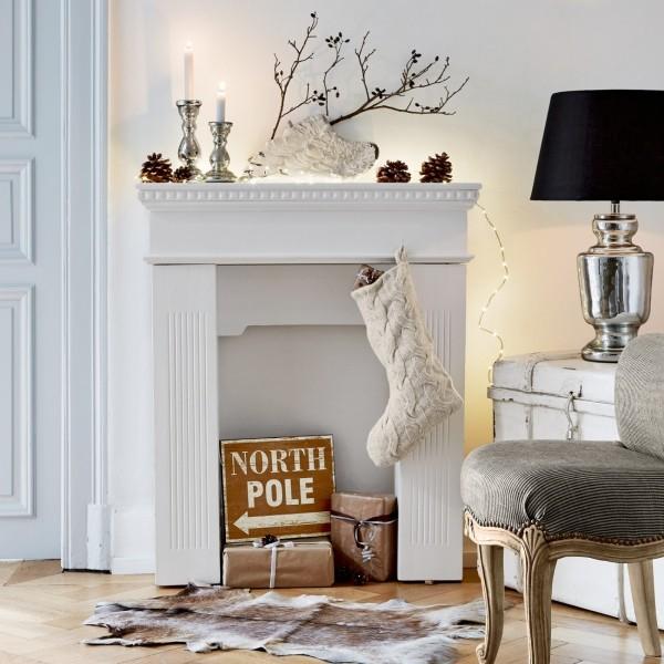 Kaminkonsole weihnachtlich dekorieren weiß