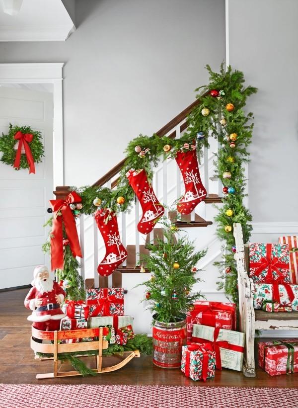 Klassische Weihnachtsdeko Treppenhaus