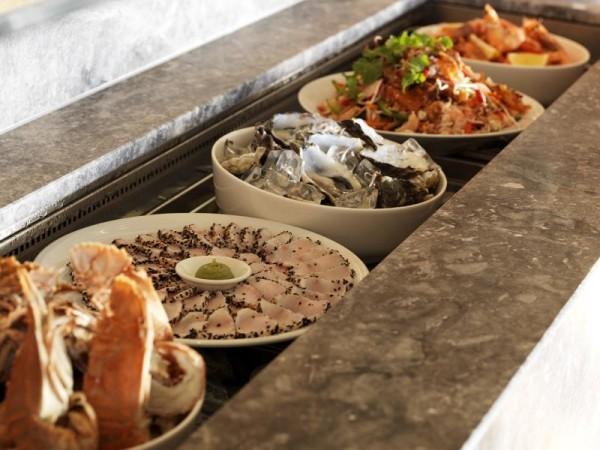 Leckere Speisen lokale Spezialitäten im Urlaub genießen