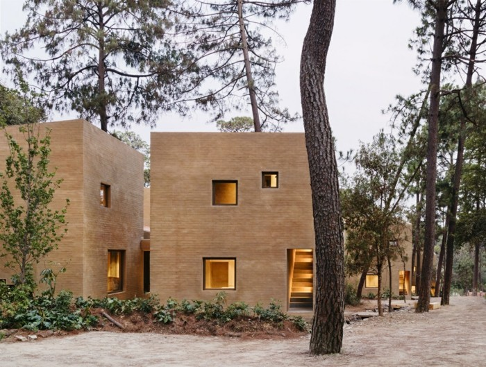 Moderne Fassaden Backstein Mexiko monochrom