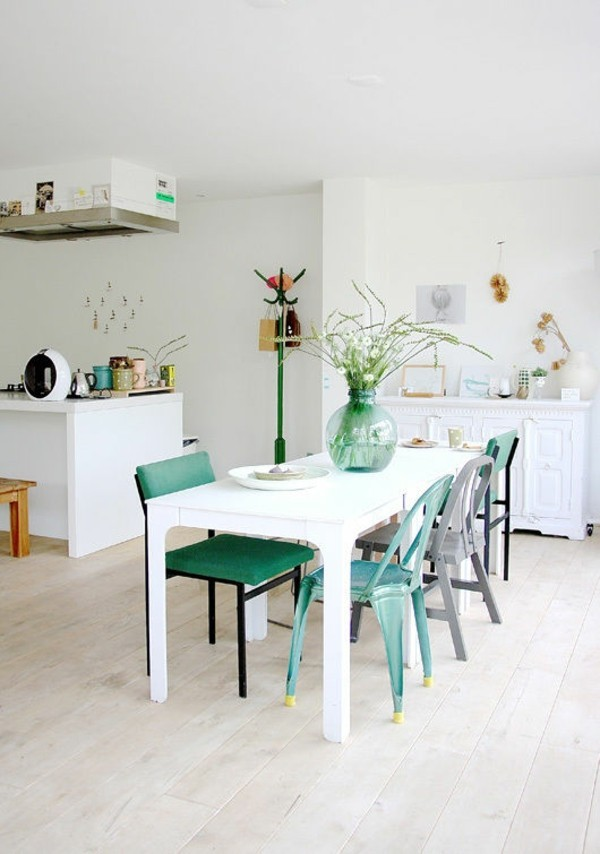 Pastellgrün Inneneinrichtung Stühle unter der Kücheninsel