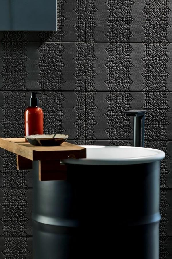 Schwarzes Badezimmerdesign mit roten Details