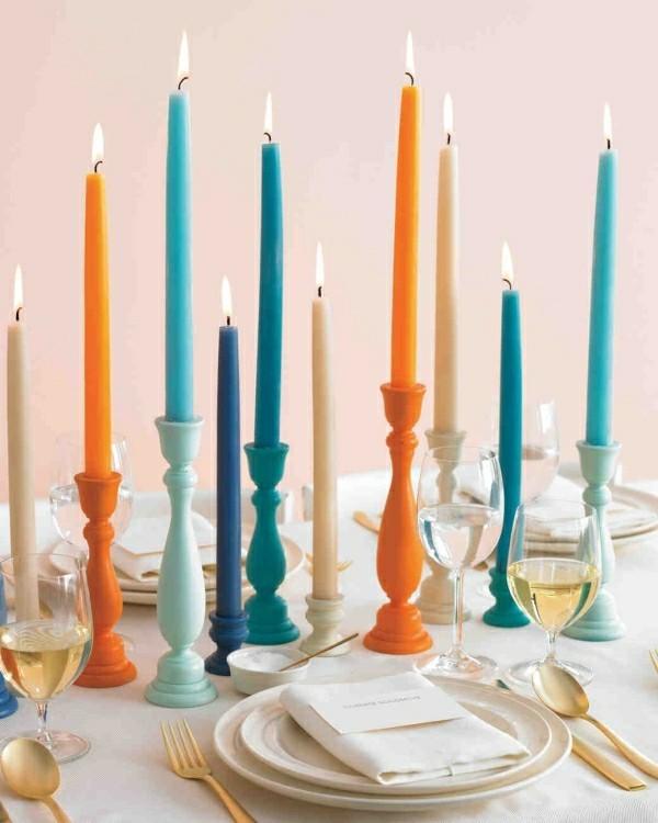 Tisch mit verschiedenen dünen Kerzen selber gestalten