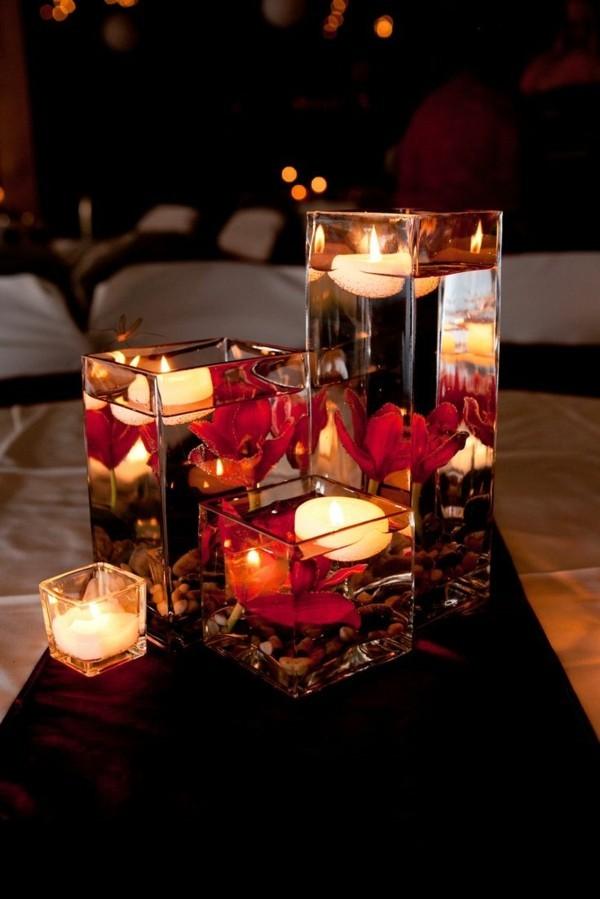 Vasen mit Wasser und rosa Blätter Hochzeitsdeko mit Kerzen