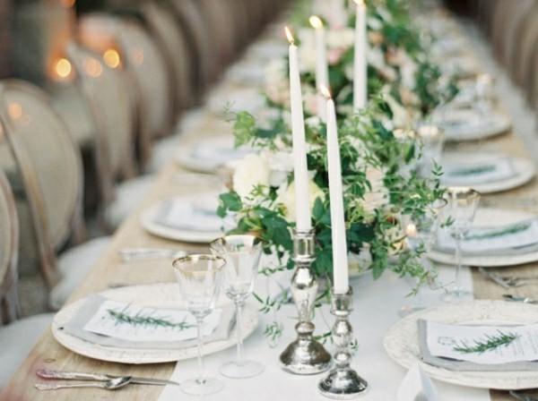 Weiß grüne Hochzeitsdeko mit Kerzen