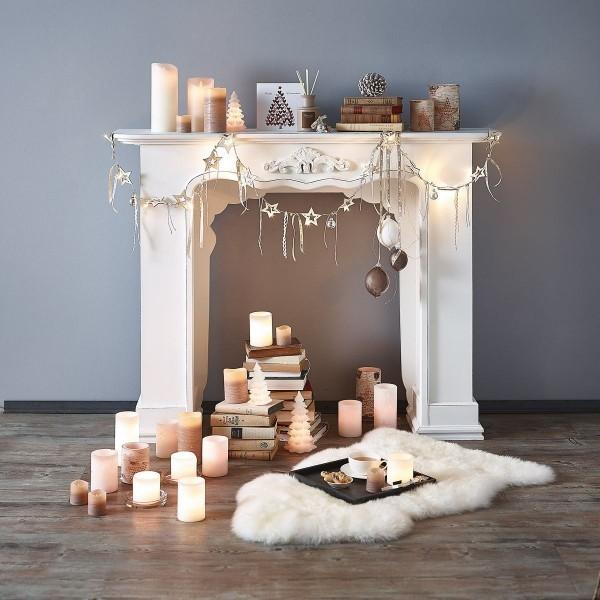 Weihnachtlich dekorierte Kaminkonsole