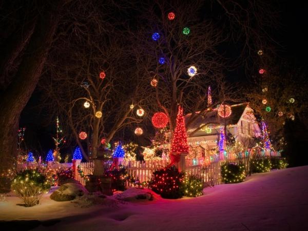Weihnachtsbeleuchtung außen Haus und Garten