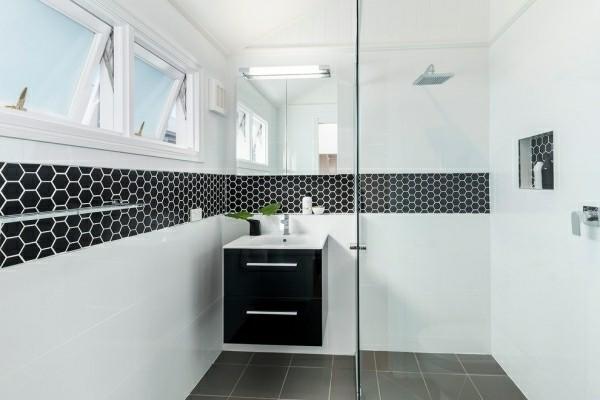 badezimmer schwarz breite weiße flächen