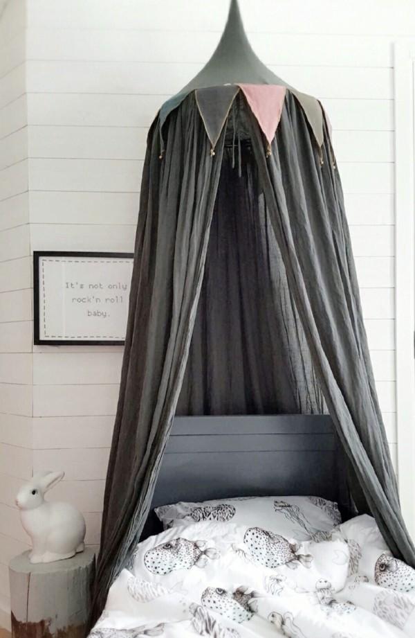 baldachin kinderzimmer himmelbett beistelltisch baumstumpf weiße bettwäsche