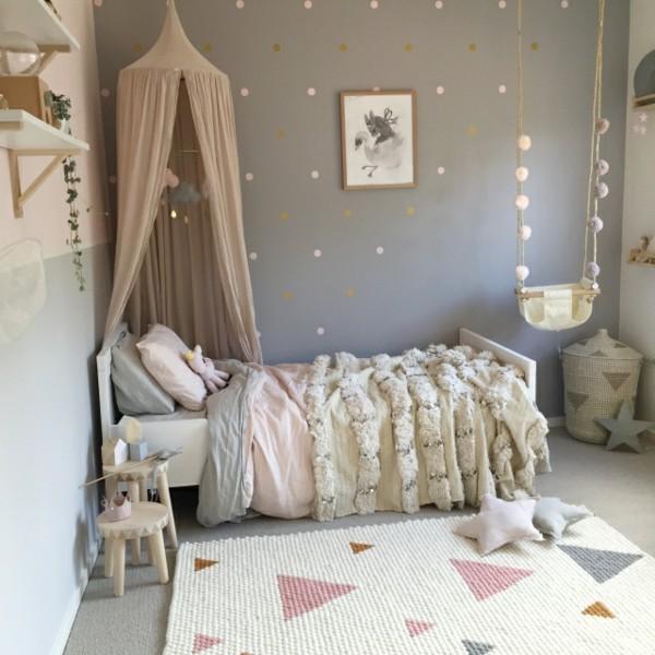 baldachin kinderzimmer himmelbett geometrischer teppich schaukel graue wände