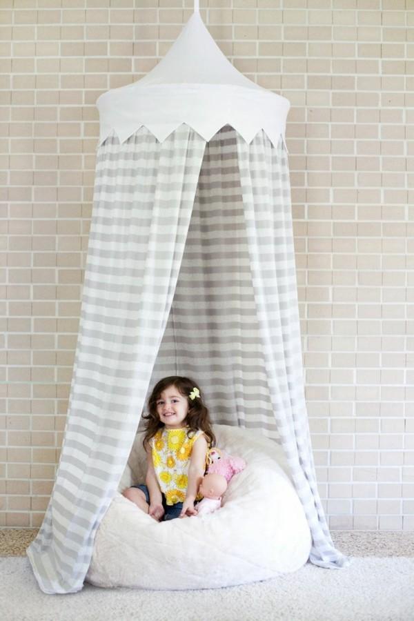 baldachin kinderzimmer mädchenzimmer ideen streifenmuster bodenkissen