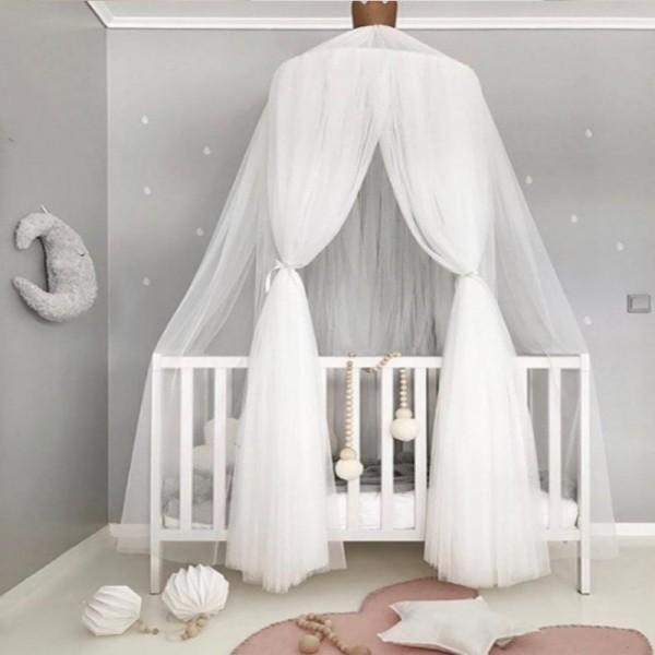 baldachin kinderzimmer weißes kinderbett helle wände