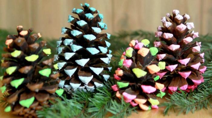 bunt bemalte weihnachtsdeko basteln mit zapfen