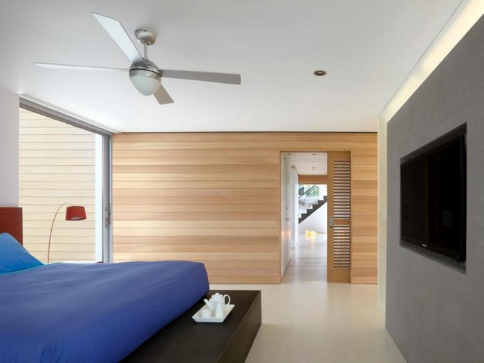 holzverkleidung minimalistisches schlafzimmer blaue bettwäsche