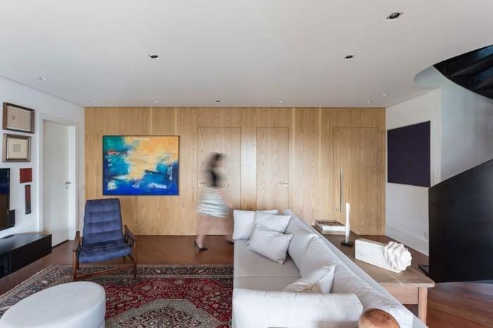 holzverkleidung wunderschöne wandgestaltung weißes sofa farbiger teppich