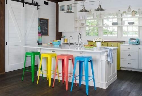 küche mit kochinsel farbige barhocker weiße kücheninsel