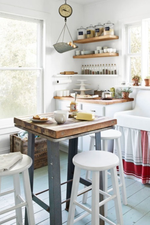 Küche Mit Kochinsel Klein Funktional Offene Wandregale Weiße Barhocker