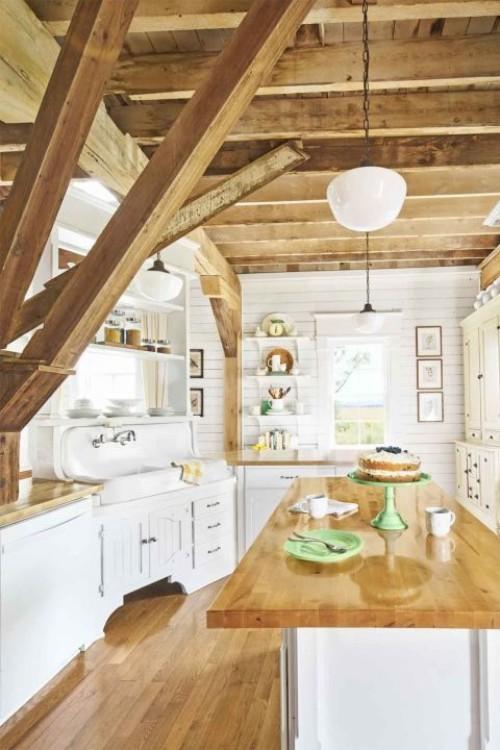 küche mit kochinsel landhausstil holzbalken holzboden