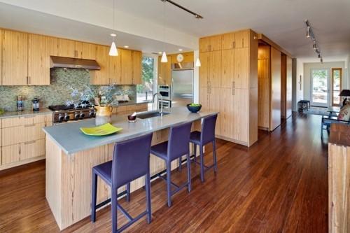 küche mit kochinsel lila barhocker schöner bodenbelag