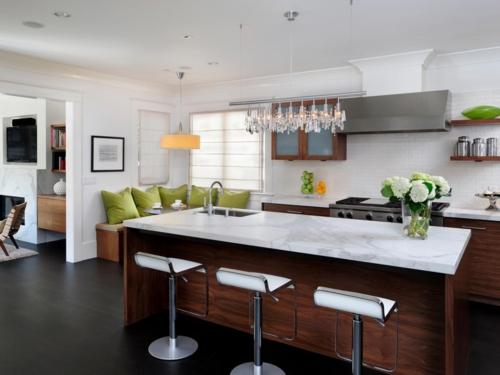 küche mit kochinsel schöne texturen blumenvase schwarzer bodenbelag