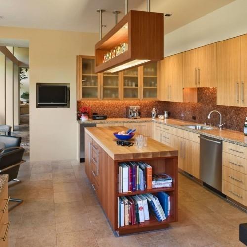 küche mit kochinsel stauraum ideen bücher bodenfliesen mosaikfliesen küchenrückwand