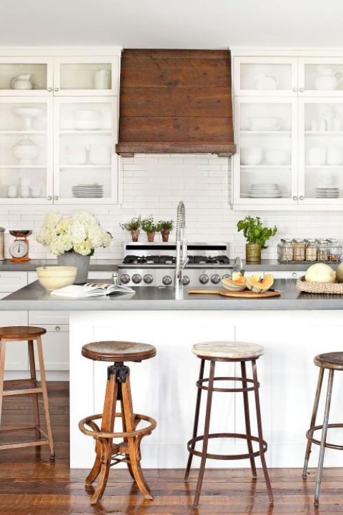 küche mit kochinsel weiße wandfliesen funktional und gemütlich