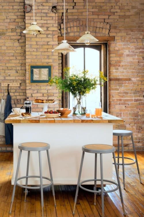 küche mit kochinsel ziegelwand pendelleuchten