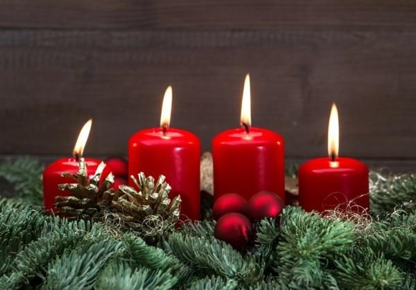 klassischen adventskranz selber machen rote kerzen gold zapfen tannengrün