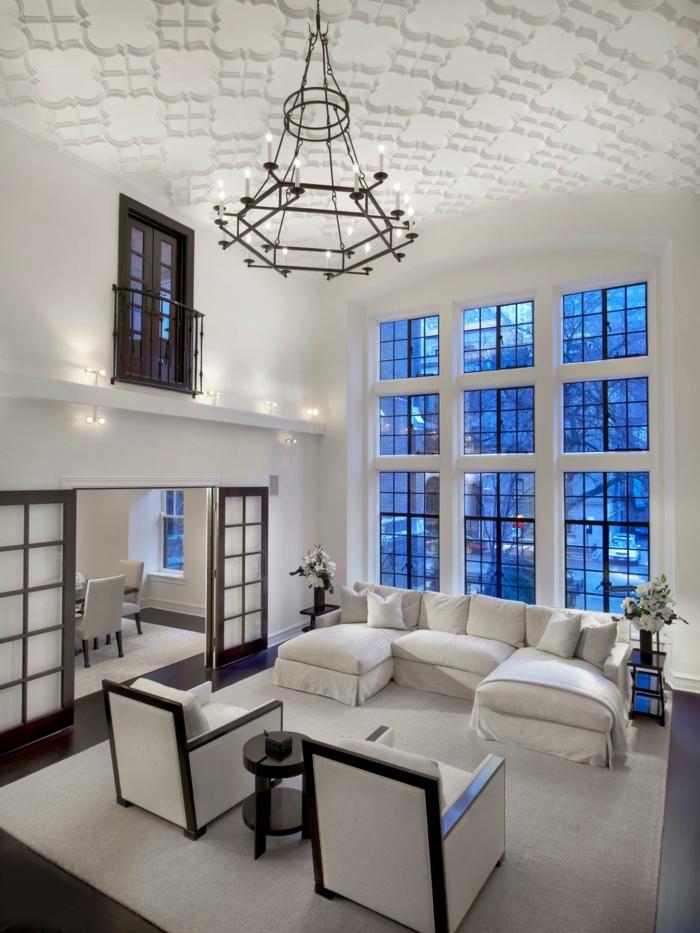 kronleuchter modern geräumiges wohnzimmer heller teppich
