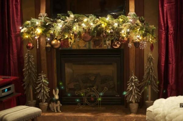 luxus weihnachtskamin weihnachtsdeko zweige und leuchten