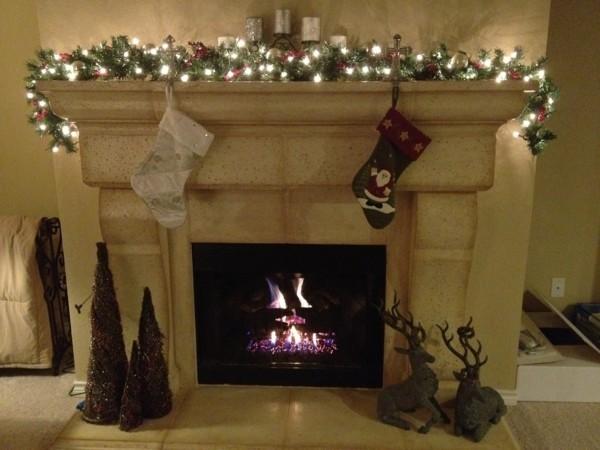 minimalistisch weihnachtskamin weihnachten kamin deko leuchtende girlande