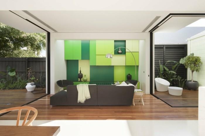 minimalistisch wohnen moderner wohnbereich grüne wohnwand frisch und geräumig