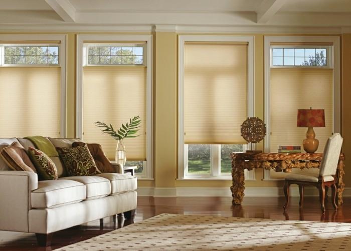 plissees beige heller teppich wohnzimmer weißes sofa dekokissen