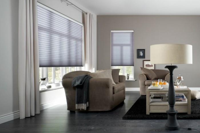 plissees geräumiges wohnzimmer dunkler bodenbelag schwarzer teppich