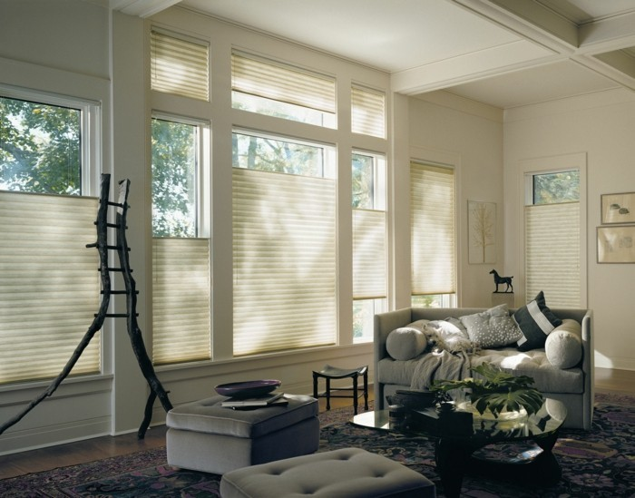 plissees moderner wohnbereich dunkler teppich wanddeko