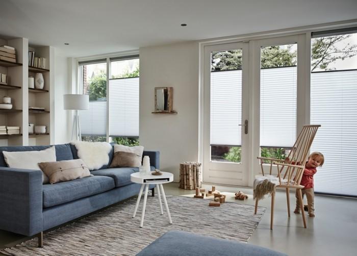 Plissees wohnzimmer blaues sofa helle wände