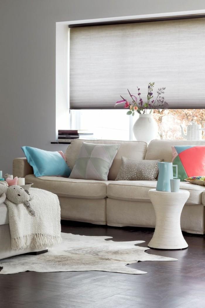 plissees wohnzimmer fellteppich weißes wohnzimmersofa beistelltisch