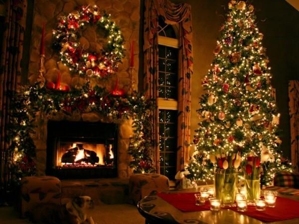prachtvoller weihnachtskamin weihnachtsdeko grün rot